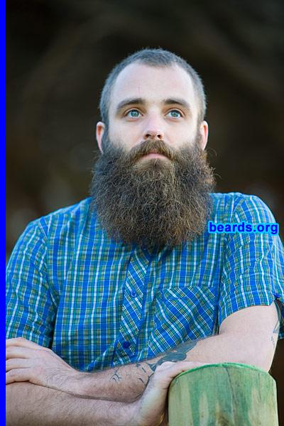 man with bushy beard grow facial hair