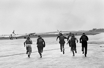 airmen running to planes battle of britain