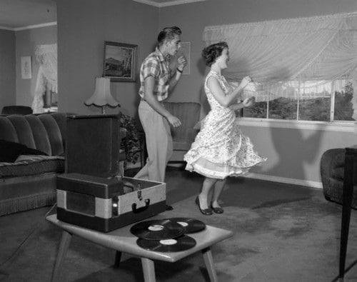 Vintage lovers dancing in the longue.