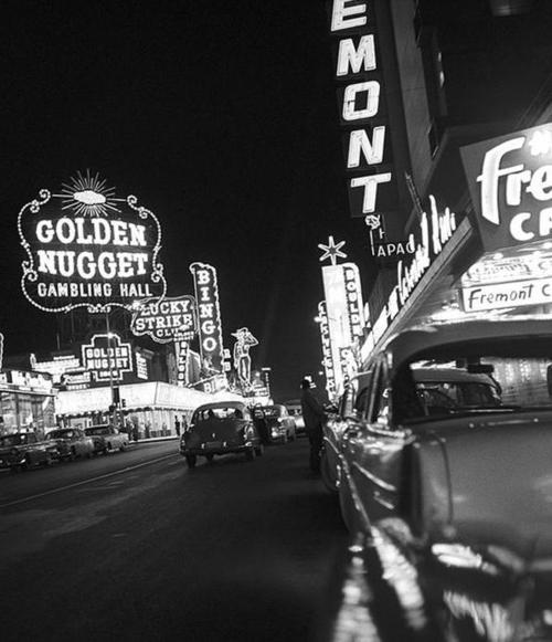 Vintage golden nugget sign board on road.