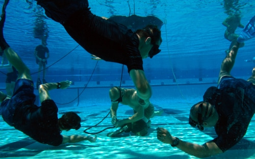 navy seals under water tying knots pool training