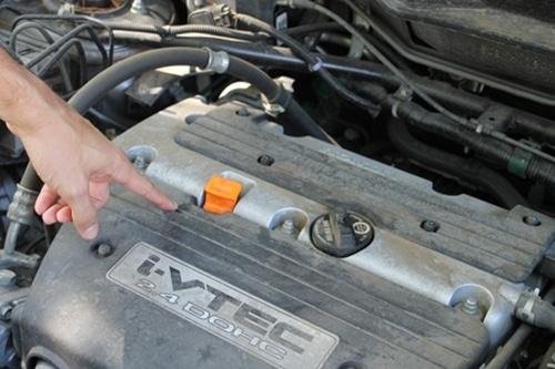 проверьте уровень масла на щупе двигателя