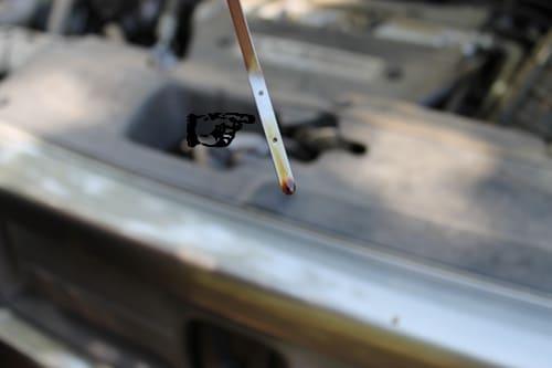 проверка уровня масла на щупе крупным планом фото
