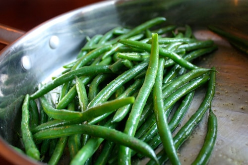 Cooking green beans on skillet oil and salt.