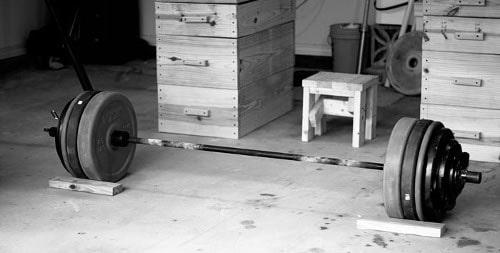 barra de equipamentos de ginásio garagem com pesos pesados