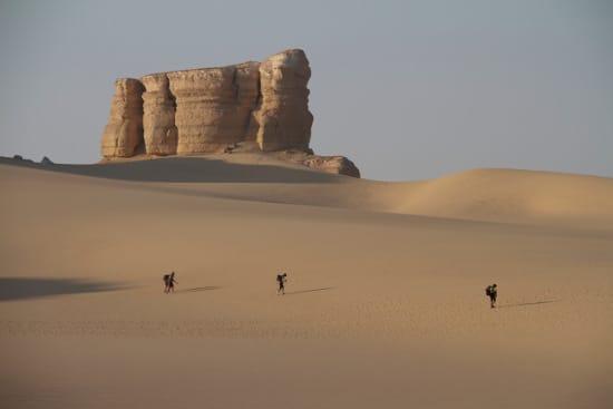 desert ultra marathon three men running on sand