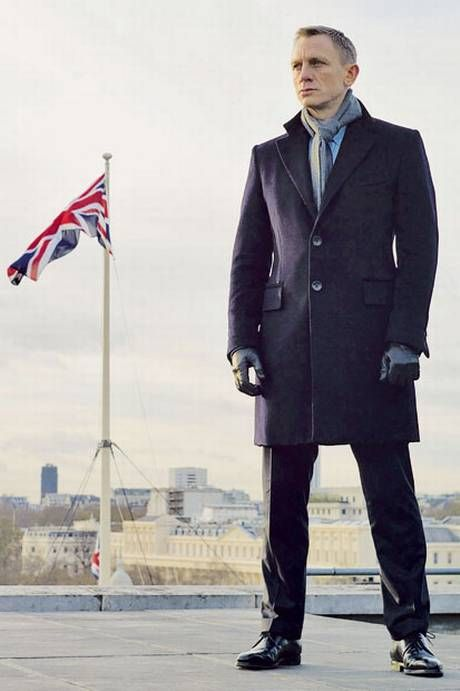 Daniel Craig James bond overcoat, scarf and leather gloves.