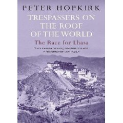 Book cover of Trespassers on the Roof of the World by Peter Hopkirk.