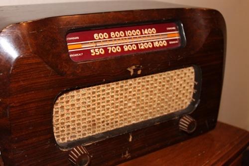Old time radio philco vintage electronics DIY mp3 player.