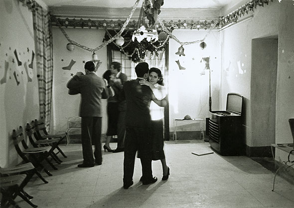 Vintage couple enjoying dance party in room.