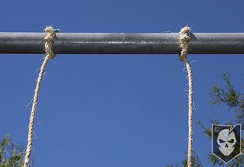 Two parallel rope tighten with pipe.