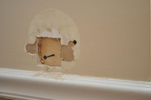 Tighten the screws on bracket board and drywall.