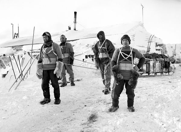 scott antarctic expedition men hauling sleds