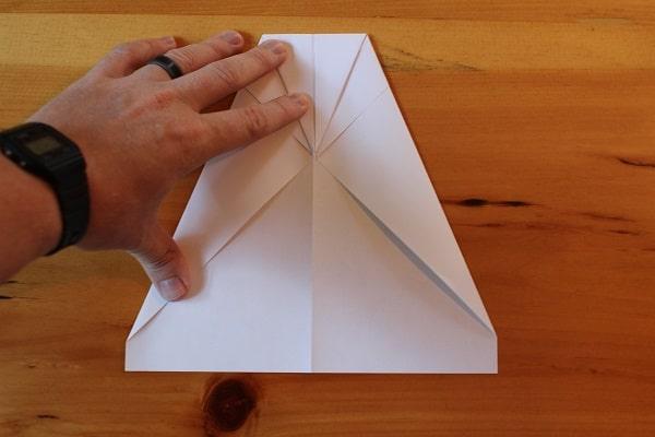 Paso 4: dobla la punta superior hacia abajo.