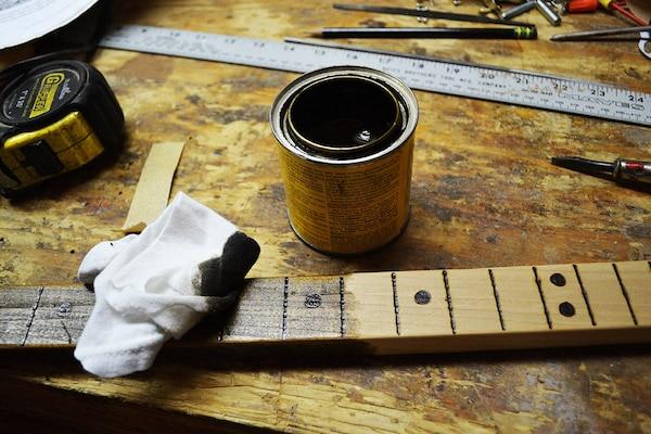 Coloring the base of cigar box using rough cloth.
