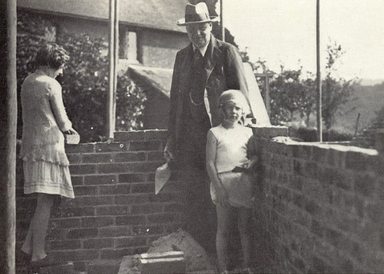 winston churchill with wif and daughter on patio