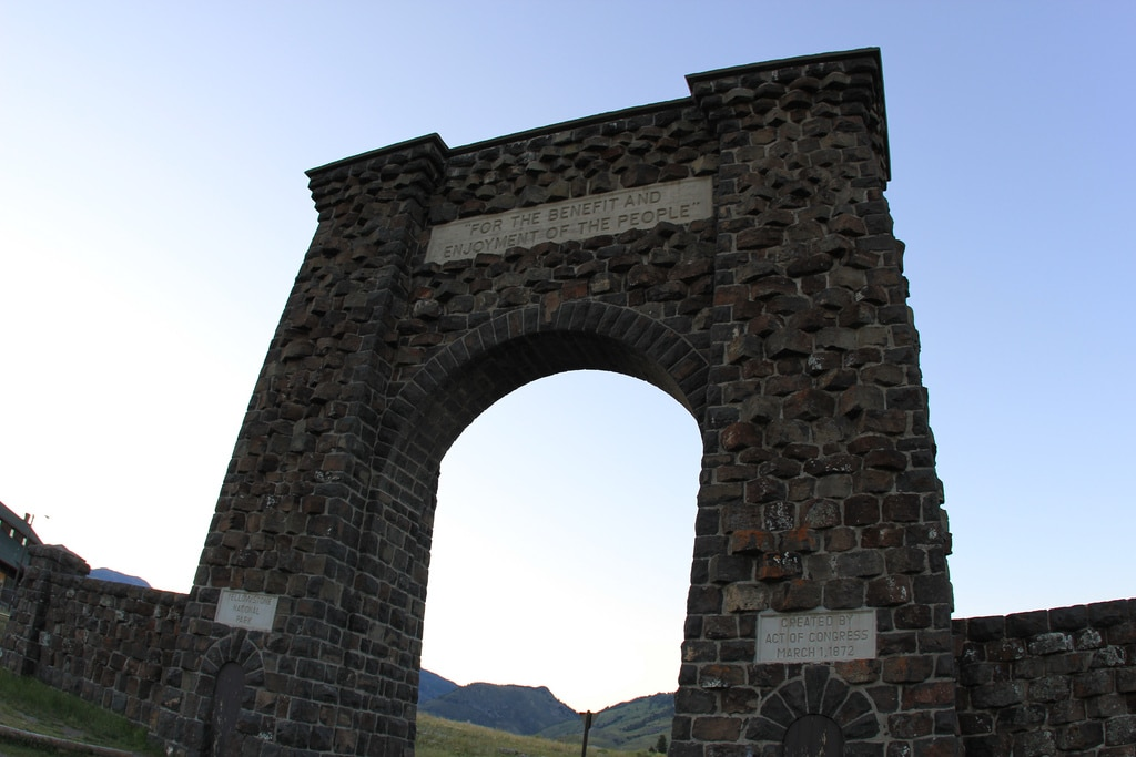roosevelt arch yellowstone national park