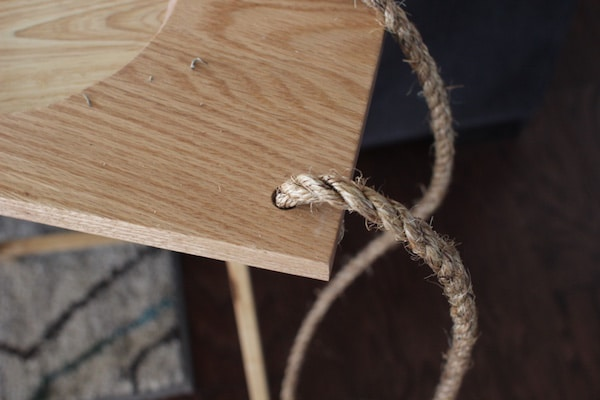 Using a thread rope at the corner of the wooden hole.