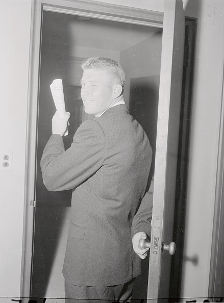 Gentleman seeing off while holding a piece of paper.
