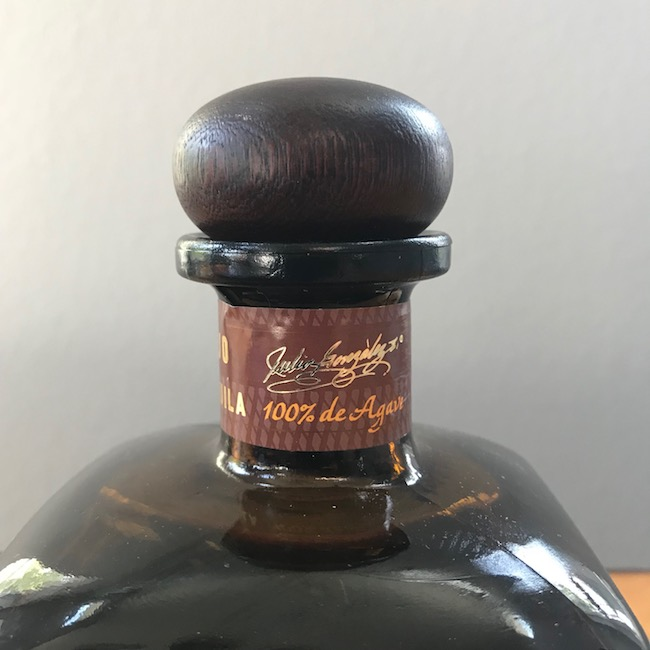 """The """"100% de agave"""" marking on a neck label."""